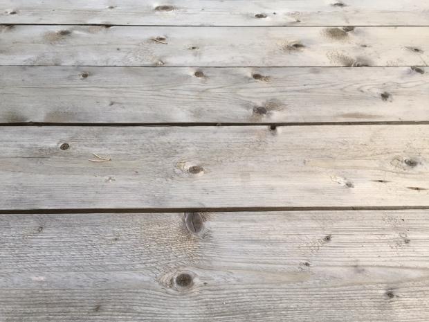 Pöytä oli aluksi vihertävä kuin painekyllästetty puu, mutta löysi patinoituneen harmaan sävynsä reilussa kuukaudessa.