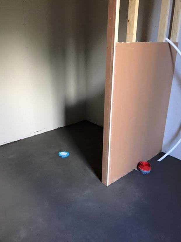 Kylpyhuoneen väliseinä. Suihku jää seinän taakse.
